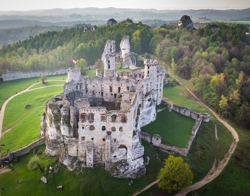 Zamek Ogrodzieniec w Podzamczu – niesamowite gotyckie ruiny 4